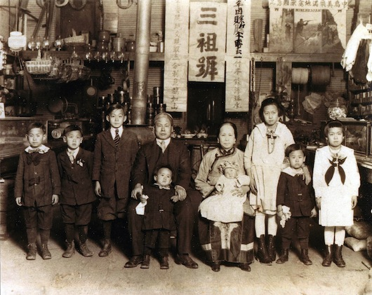 The Pang family in Mississippi, early 1920s (taken from https://abagond.wordpress.com/2014/06/06/chinese-americans-in-the-deep-south-after-1882/)